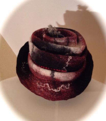 Chapeau laine feutrée bordeaux noir