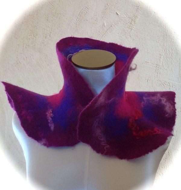 Col laine feutrée violet fuchsia bleu