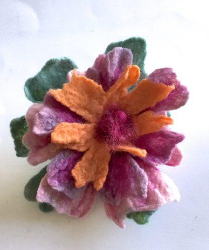 Broche laine feutrée fleur parme orange