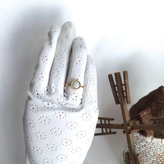 Bague dorée cabochon Swarovski blanc